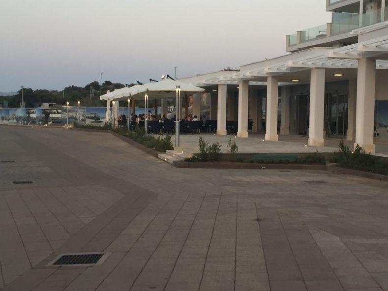 contiAssociati-OlbiaResidenzailFaro-vista su porto e ristorante